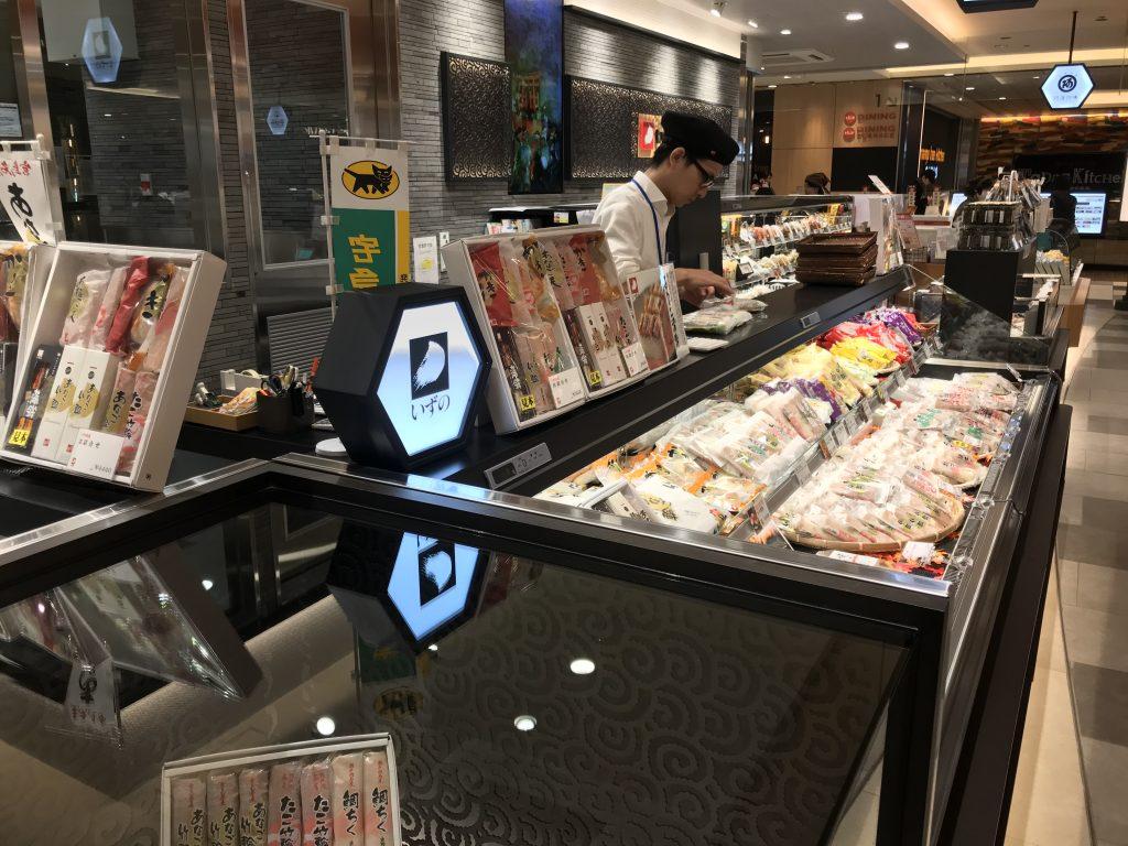 広島駅エキエで接客する店員
