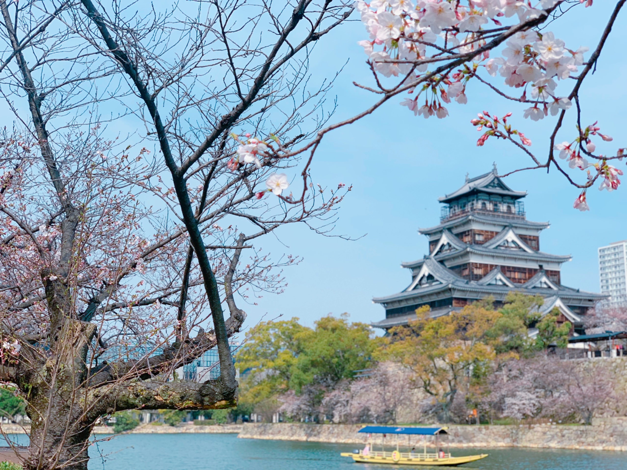 広島城で遊覧船クルーズ外国人観光客にも人気