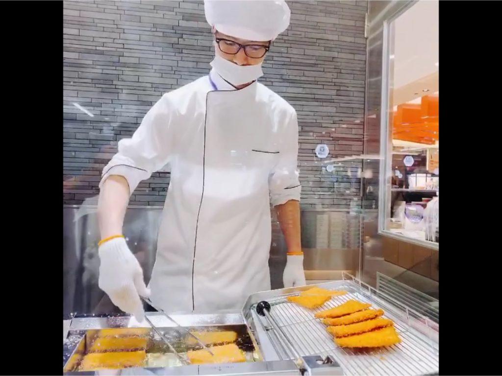 広島駅でがんすを揚げているスタッフ
