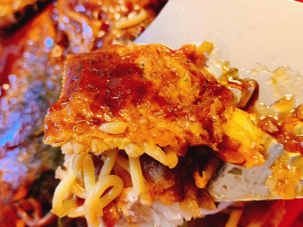 ヘラで広島風お好み焼きを食べる